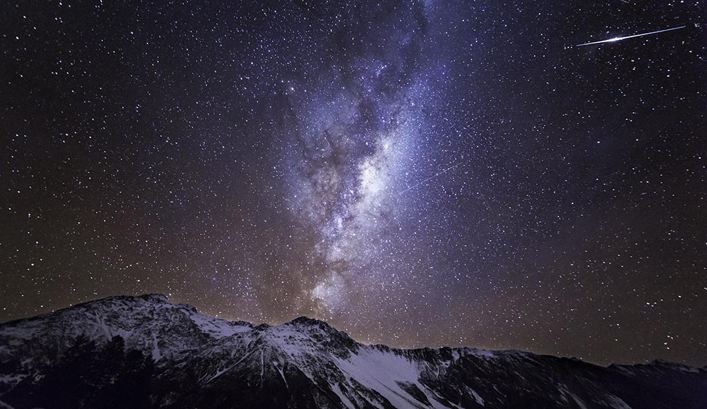 Shooting star and the Milky Way over White Horse Mountain in New Zealand ASTROPHOTOGRAPHY FOR BEGINNERS