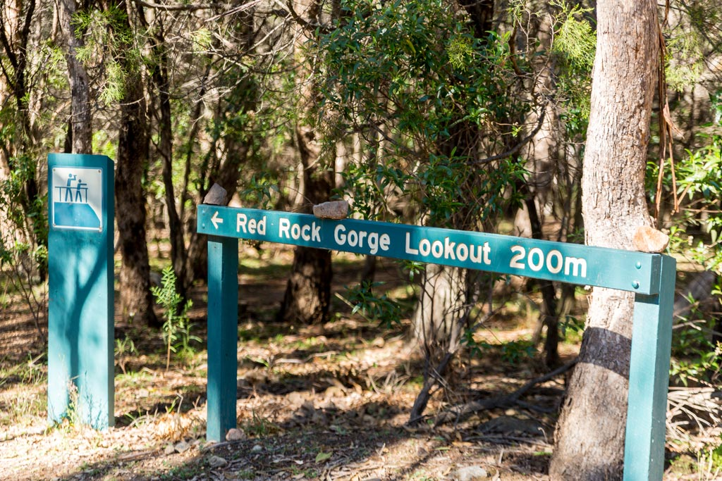 Sign showing way and how far to Red Rock Gorge Lookout